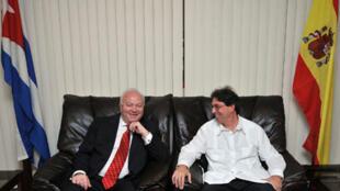 Le ministre espagnol des Affaires étrangères Miguel Angel Moratinos (g), reçu par son homologue cubain Bruno Rodriguez (d) à l'aéroport de la Havane, le 5 juillet 2010.