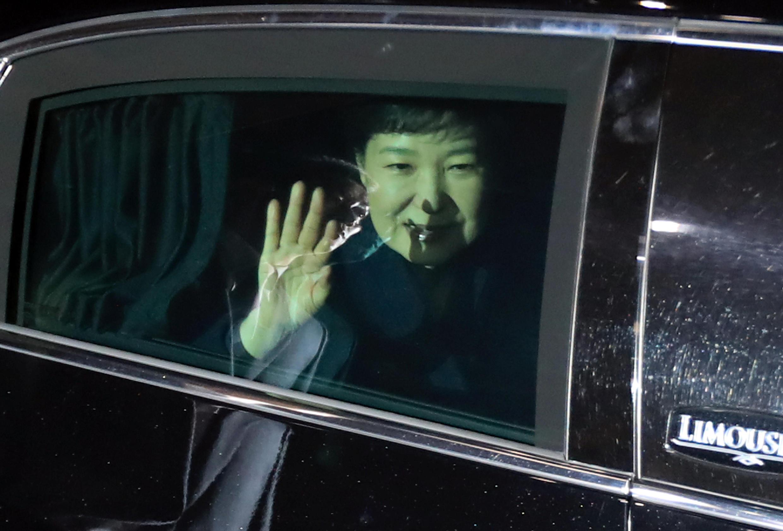 A presidente sul-coreana destituída, Park Geun-Hye, acena para os simpatizantes ao deixar o palácio presidencial neste domingo (12), em Seul.