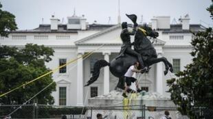 Des manifestants tentent de mettre à bas la statue du 7e président américain Andrew Jackson, près de la Maison Blanche à Washington, le 22 juin 2020.