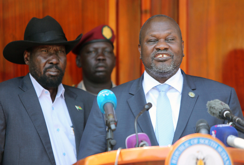 Le président du Soudan du Sud, Salva Kiir (g.) et son vice-président, l'ex-chef rebelle Riek Machar (dr.) à Juba, le 20 février 2020 lors d'une conférence de presse commune.
