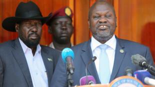 Le président du Soudan du Sud, Salva Kiir (G) et son nouveau vice-président, l'ex-chef rebelle Riek Machar (D) à Juba, le 20 février 2020 lors d'une conférence de presse commune.