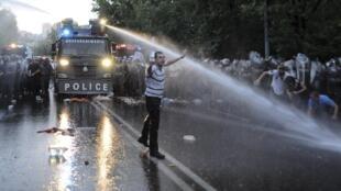 Cảnh sát chống bạo động dùng vòi rồng giải tán người biểu tình ngày 23/6/2015.