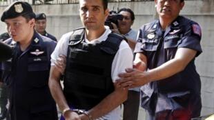 Cảnh sát Thái Lan dẫn giải nghi phạm khủng bố người Iran Mohammad Hazaei ra tòa án tại Bangkok hôm 22/02/2012.