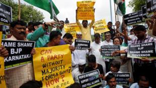 ẤN Độ : Cảnh phe đối lập xuống đường phản đối đảng BJP của thủ tướng Modi, ngày 18/05/2018, tại Kolka, bang Karnataka.