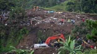 Miembros del cuerpo de Bomberos, Ejército y Defensa Civil trabajan este domingo 21 de abril de 2019, luego de un deslizamiento de tierra en la vereda Portachuelo, en el municipio de Rosas, Cauca (Colombia).