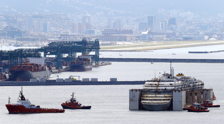 A carcaça do Costa Concordia chega ao seu destino final, o porto de Gênova, na manhã deste domingo (27).