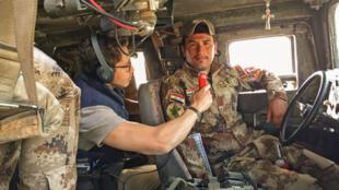 Oficial do exército iraquiano antes de partir para a frente leste de Mossul, no Iraque.