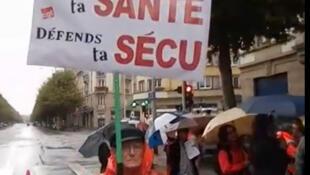 """Manifestação contra as reformas do governo. Cartaz : """"Para tua saúde defenda tua segurança social."""
