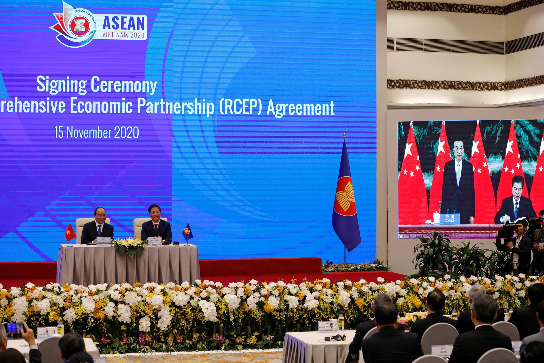 Thủ tướng Việt Nam NGuyễn Xuân Phúc ( trái) và bộ trưởng Công Thương, Trần Tuấn Anh, trong lễ ký trực tuyến hiệp định RCEP, ngày 15/11/2020.