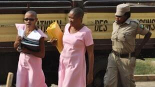Agnes Uwimana Nkusi (G) et Saidati Mukakibibi, les deux journalistes rwandaises vêtues de rose et crane rasé, comme il est coutume dans le système pénitentiaire du Rwanda. Photo : le 30 janvier 2012.