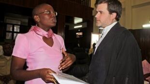 L'opposante rwandaise Victoire Ingabire en discussion avec son avocat britannique Ian Edwards, le 25 mars 2013 à Kigali.