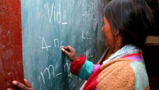 En los círculos de aprendizaje para adultos que funcionan en Perú,  las clases son en castellano, el primer idioma del país, pero también en otros idiomas nativos.