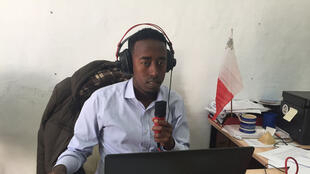 Ahmed Nuur Ibrahim devant son micro.
