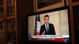 Emmanuel Macron lors de l'allocution télévisée au cours de laquelle il a enjoint les chercheurs du monde entier à venir en France, le 1er juin 2017, suite au retrait des Etats-Unis de l'accord de Paris.