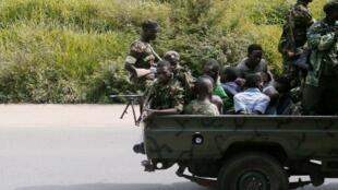 Un véhicule militaire transporte des hommes arrêtés à Bujumbura, le 11 décembre2015.