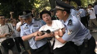 2010年八月一日广东与香港民众捍卫粤语示威游行中警察驱赶一名示威者。