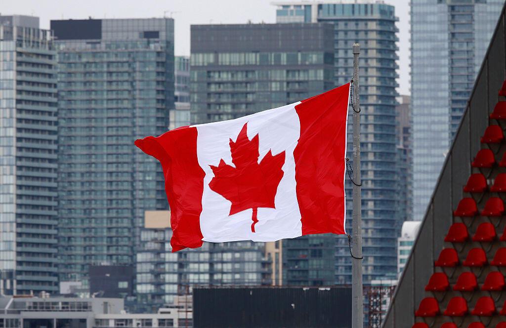 Le drapeau du Canada flottant au-dessus de la ville de Toronto.