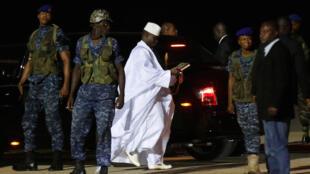 Yahya Jammeh mwenye vazi jeupe akiondoka mjini Banjul, kulia ni mlinzi wake akiwa analia. Januari 21, 2017