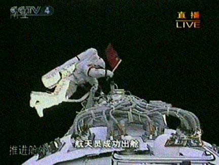 L'astronaute chinois Zhai Zhigang du Shenzhou-VII, tenant le drapeau national lors sa sortie dans l'espace, le 27septembre 2008