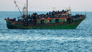 Barcos pesqueiros repletos de imigrantes da África do Norte fazem parte da paisagem em Lampedusa. Foto de abril de 2011