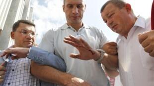"""Виталий Кличко, лидер украинской политической партии """"Удар"""" с кровью на руке после разгона полицией демонстрации в Киеве 4 июля 2012 г."""