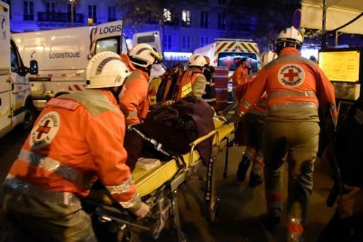 Equipa de socorro e protecção civil socorrendo vítimas do atentado desta noite de 13 de novembro contra a sala e concertos Bataclan, em Paris.