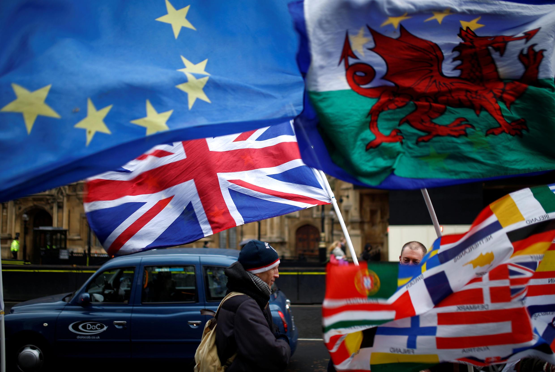 Les drapeaux européens et des régions flottant devant le palais de Westminster après le NON infligé à Theresa May quant à l'accord sur le Brexit.
