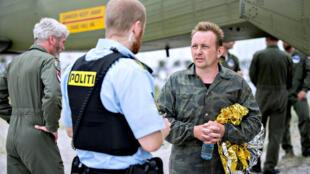 O construtor dinamarquês Peter Madsen (à dir.) conversa com a polícia em 11 de agosto de 2017.