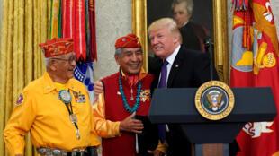 Le président américain Donald Trump reçoit des anciens combattants amérindiens à la Maison Blanche, le 27 novembre 2017.