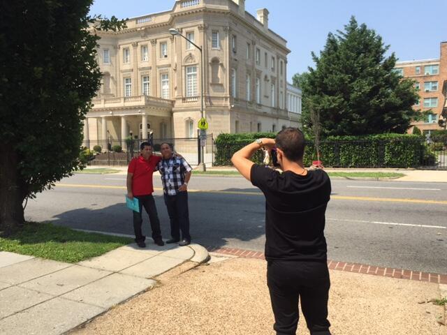 Cubanos tiram fotos em frente do prédio onde fica a nova Embaixada de Cuba nos EUA.