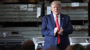 Le président américain Donald Trump face à des ouvriers d'un usine Whirlpool à Clyde (Ohio), le 6 août 2020.