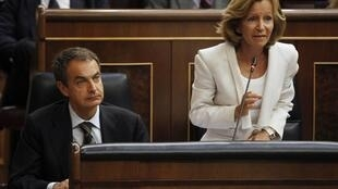 O Premiê espanhol, José Luiz Rodriguez Zapatero ao lado da Ministra da Economia, Elena Salgado (à direita), no Parlamento em Madrid (13/07/2011).