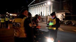 france - paris - couvre-feu - police - covid 19 000_8X83PV
