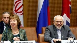 Catherine Ashton e o chanceler iraniano Mohammad Javad Zarif durante reunião em Viena em 18.02.2014.