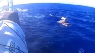 Momento em que barco panamenho visualiza a jangada do jovem indonésio, perto da ilha de Guam, no Pacífico.