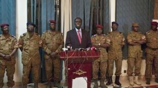 Le président Michel Kafando lors de sa conférence de presse après la prise de contrôle du camp Naaba Koom, le 30 septembre 2015.