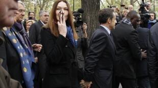 Carla Bruni Sarkozy, que votou com seu marido, o presidente Nicolas Sarkozy, esta manhã, em Paris.