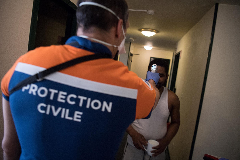 Un membre de la Protection civile vérifie la température d'un migrant dans un hôtel de Nantes, le 8 avril 2020 (photo d'illustration).