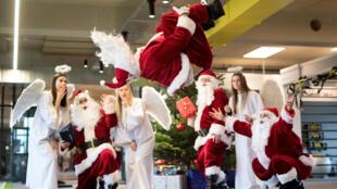 Un père Noël allemand plein de style à Hambourg.