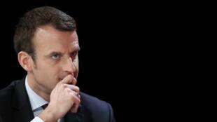 Aos 39 anos, Emmanuel Macron desponta na corrida presidencial francesa.