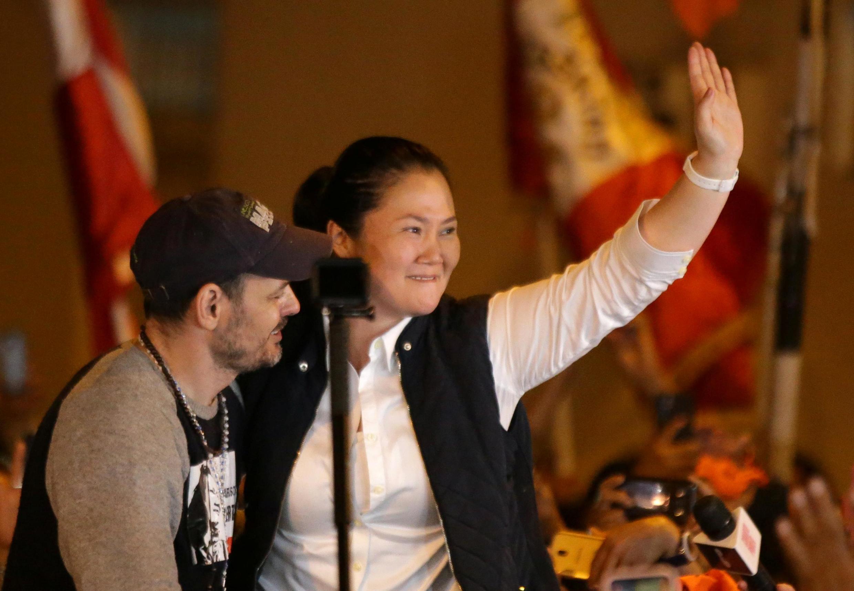 Keiko Fujimori et son mari Mark Vito, le 29 novembre 2019 à Lima, après sa sortie de prison. Le prénom Keiko a été donné 4 300 fois cette année au Pérou, celui de Mark Vito seulement deux fois.