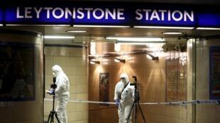 Polícia científica investiga estação de Leytonstone, em Londres