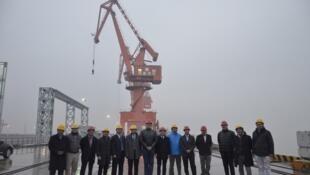 Delegación chilena en visita a fabricante chino de fibra óptica submarina en Shanghai, dirigida por el Subsecretario de Telecomunicaciones, Pedro Huichalaf, enero de 2016.
