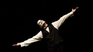 Dans son spectacle « Les Mots du Silence », Laurent Decol incarne un personnage arrogant, imbu de lui-même, ne doutant de rien, donc ridicule, pathétique parfois et pitoyable souvent... Evidemment, ses actions provoquent souvent le rire.