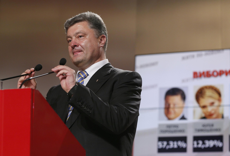 Petro Porochenko fala a simpatizantes, logo após divulgação das pesquisas de boca de urna.