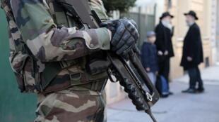 Militares patrulham entrada de escola judaica em Nice.