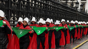 Des activistes en faveur de la légalisation de l'avortement en Argentine défilent déguisés en un personnage issu de la nouvelle «The Handmaid's Tale» de l'auteur canadien Margaret Atwood.