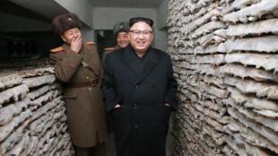 朝鮮最高領導人金正恩視察專司平壤防務的第966大聯合部隊指揮部  照片來源:朝鮮官方通訊社,2017年3月1號提供。