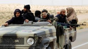 Rebeldes líbios em retirada após ataque das tropas de Kadhafi perto de Brega no leste da Líbia a 30 de Março de 2011.