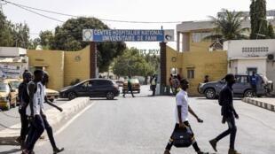 Vue de l'entrée de l'hôpital de Fann à Dakar où ont été admis les quatre patients atteints du coronavirus détectés au Sénégal.